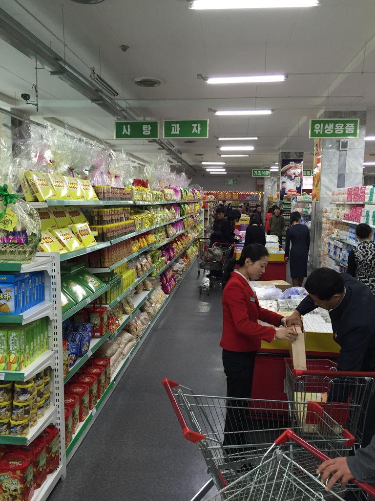 『朝鮮微風廣場』的架上滿是中朝合作開發的食品,巧克力洋芋片都標示著『朝鮮製造』,我們買了巧克力嚐鮮,吃起來衝滿糖味奶味,是小時候雜貨店都有在賣的『大波露巧克力』!.jpg