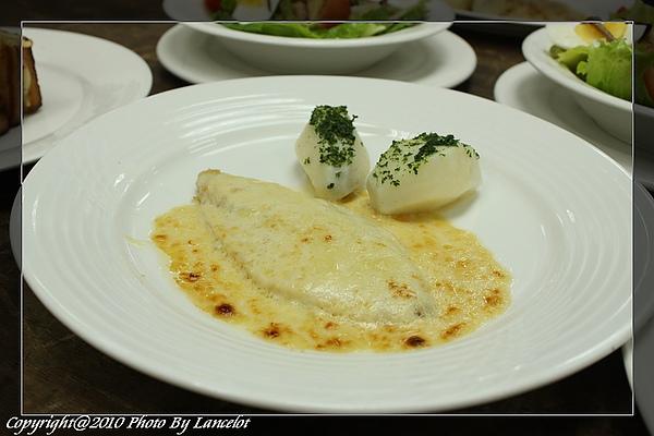 nEO_IMG_20100717-302B-4乳酪奶油焗鱸魚排附水煮馬鈴薯.jpg