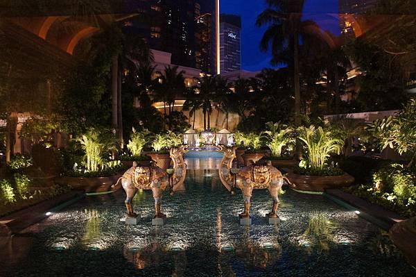 飯店中間的噴池與兩個名貴的駱駝