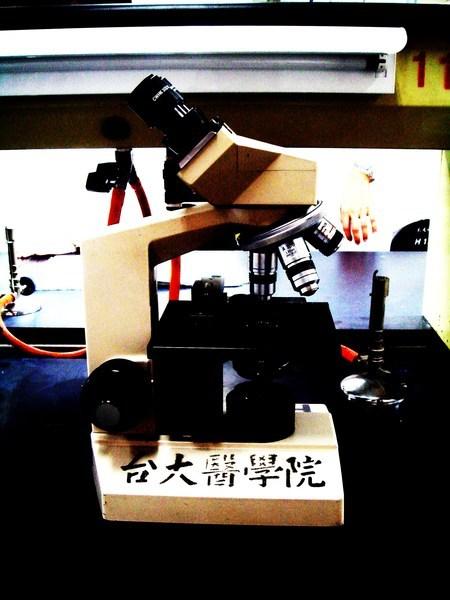 實驗室的顯微鏡