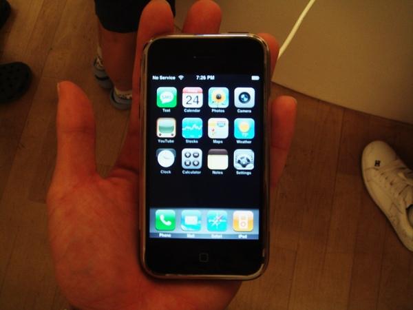 我當時是鄉巴佬,沒看過iPhone