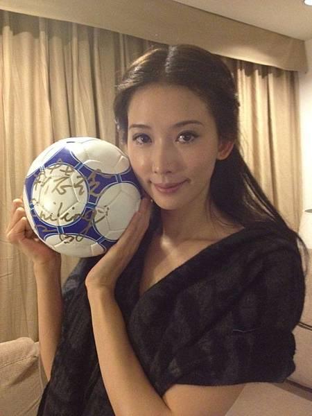 2012林志玲親筆簽名足球