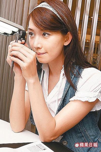 媒體報導篇-志玲用放大鏡看鑽石.jpg