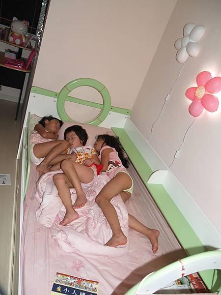 三個小女生,好夢正酣