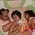 三個小女生擠一床
