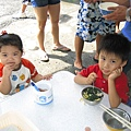 2007.9.我兒子跟小捲妹一起吃午餐