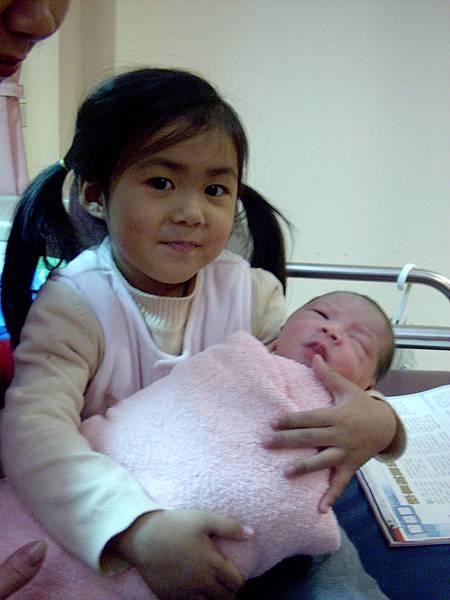 姊姊抱著剛出生的弟弟