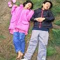 2007.10.20躺在松葉上的兩小無猜