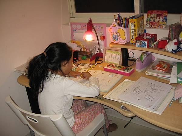 桐桐做功課的樣子、好認真唷!