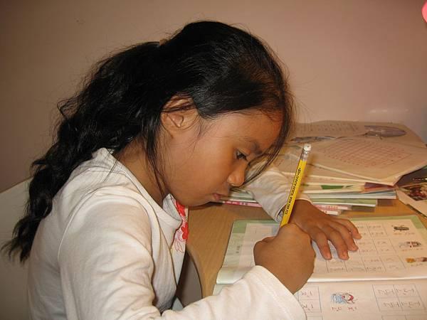 做功課的樣子超可愛!