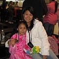 在溜冰場上的媽媽跟女兒