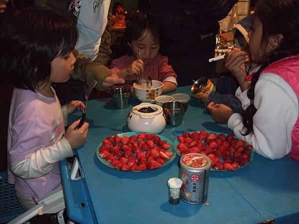 我們在帳棚吃草莓巧克力鍋!