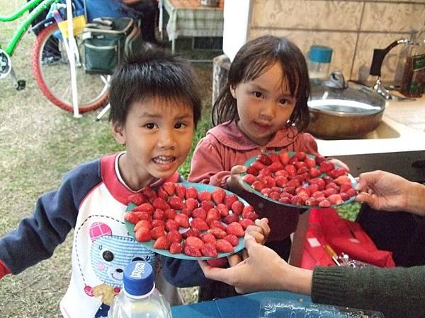看我們的小臉跟草莓誰比較嫩啊?