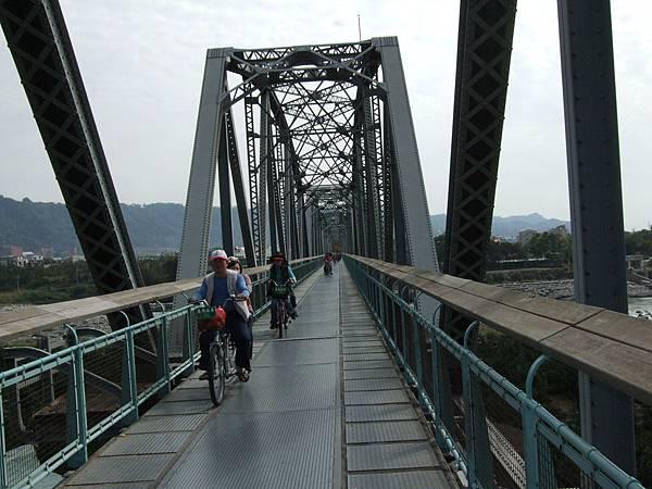 騎車穿越花樑鋼橋,景色宜人