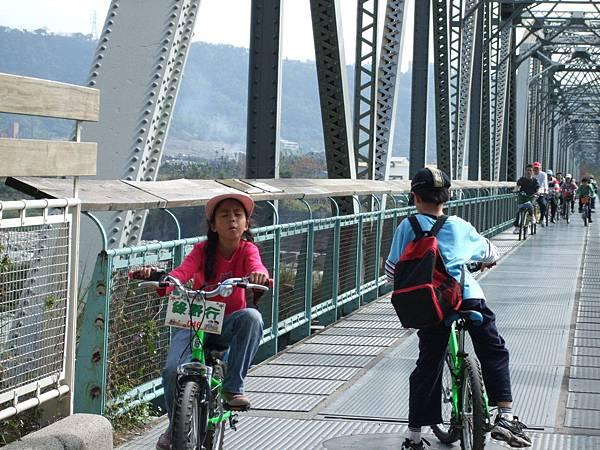 再度騎回花樑鋼橋。