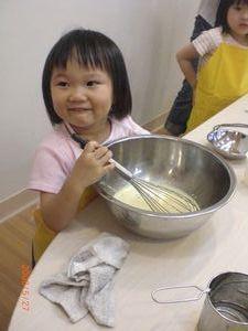 這位小美女,鋼盆很好玩吧?