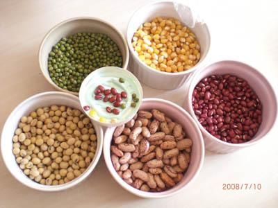 今天的材料是各種顏色的豆豆