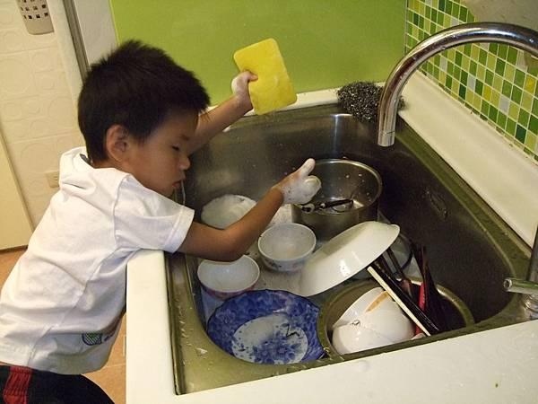 2008.4.認真洗碗的兒子