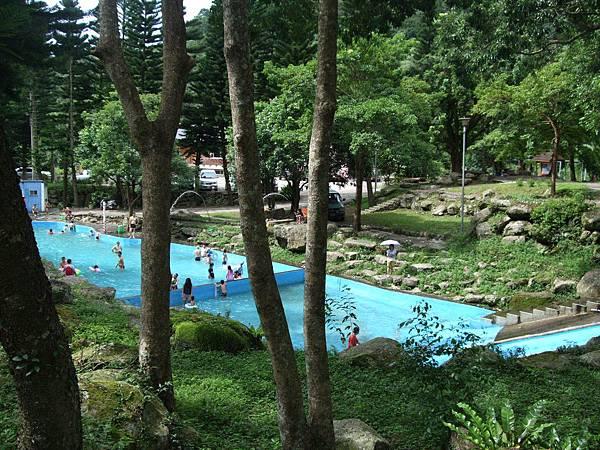 這個有滑水道的池是小孩天堂