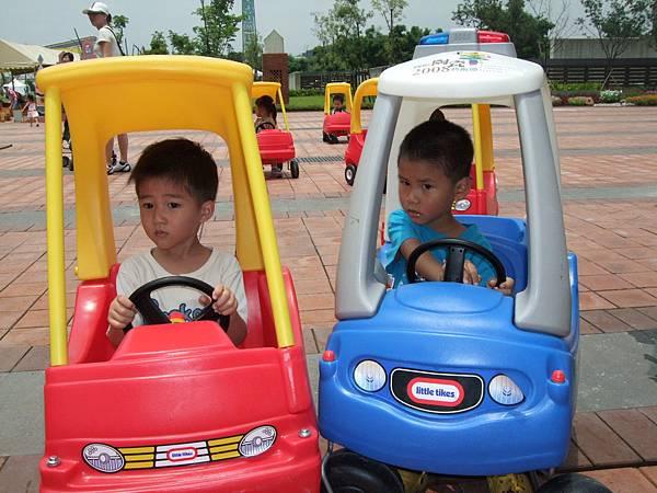 小男生也很喜歡汽車