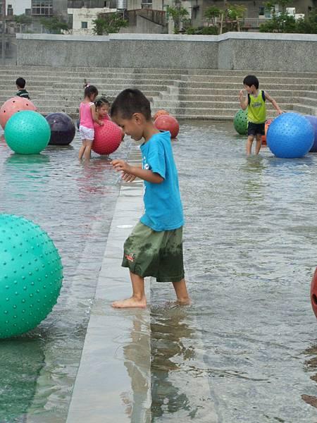 青青終於願意下水囉!
