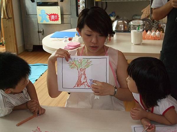 老師教小朋友用藍莓的顏色畫畫