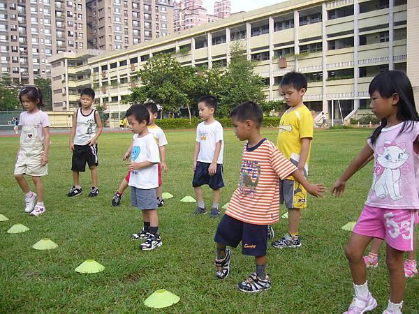 2008.9.3蘇雨青康寧國小足球課 (4).JPG