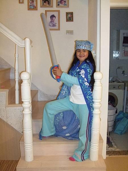 青青生日買玩具,姊姊也獲得一支劍