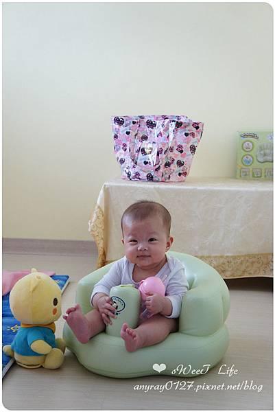 晴晴兒試坐充氣沙發椅 (1).JPG