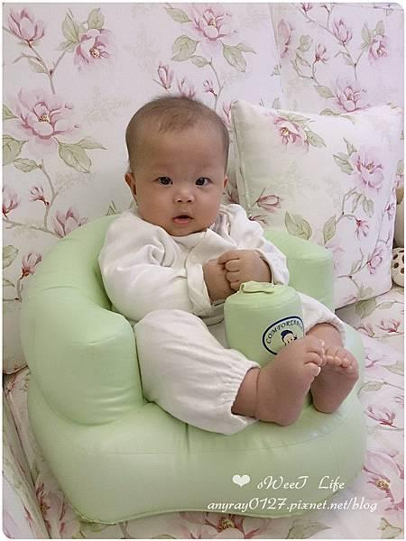 晴晴兒試坐充氣沙發椅 (2).jpg
