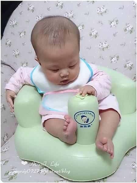 晴晴兒試坐充氣沙發椅 (4).jpg