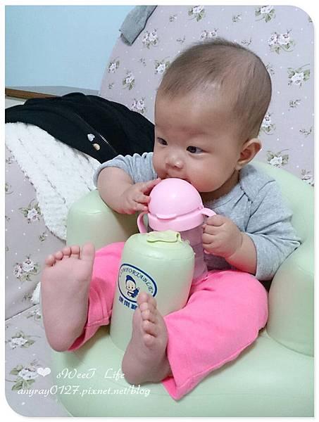 晴晴兒試坐充氣沙發椅 (11)