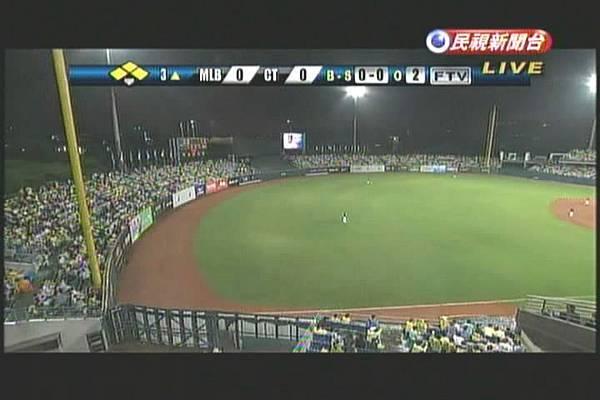 2011MLB-TAIWAN-GAME1-有滿場的味道.jpg