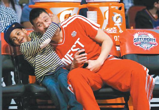 林書豪比完技術挑戰賽後,在場邊扮演安東尼兒子的大玩偶