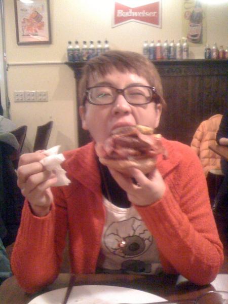 吃了超大漢堡