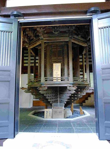 0204-經藏(輪藏)為迴轉式書架,裝著對寺院來說十分重要的經典,據說每轉一次,就有如同讀遍所有經書相同的功德.JPG