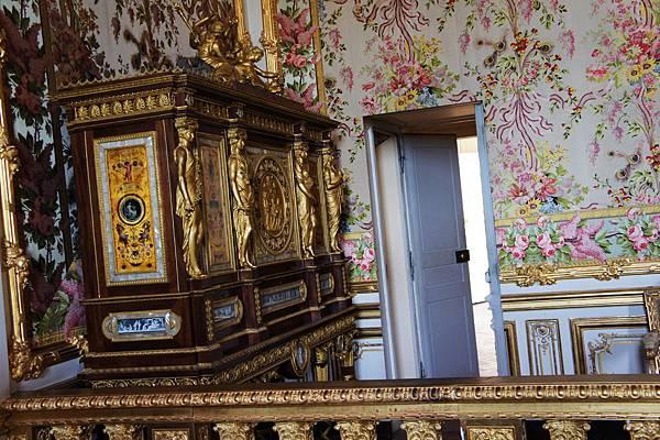 DSC00313-據說這梳妝台後有一小門.法國大革命 皇后是從這小門逃走的..雖然還是被捉了