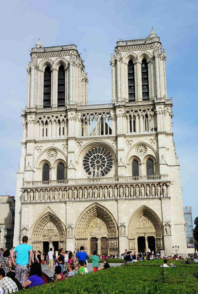 DSC00429-法國大文豪雨果 (Victor Hugo) 更是以聖母院為背景完成名作「鐘樓怪人」 (The Hunchback of Notre Dame) ,使聖母院一時聲名大噪