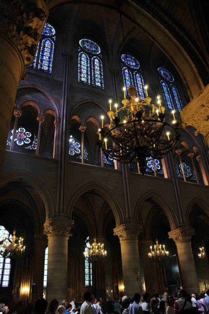 DSC00453-聖母院第二層樓是著名的玫瑰窗,色彩斑斕,可不僅僅是裝飾,這富麗堂皇的彩色玻璃刻畫著一個個的聖經故事,以前的神職人員藉由這些圖像來做傳道之用。