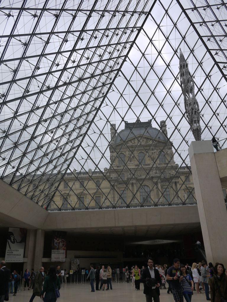 P1040341由玻璃金字塔內部往外看