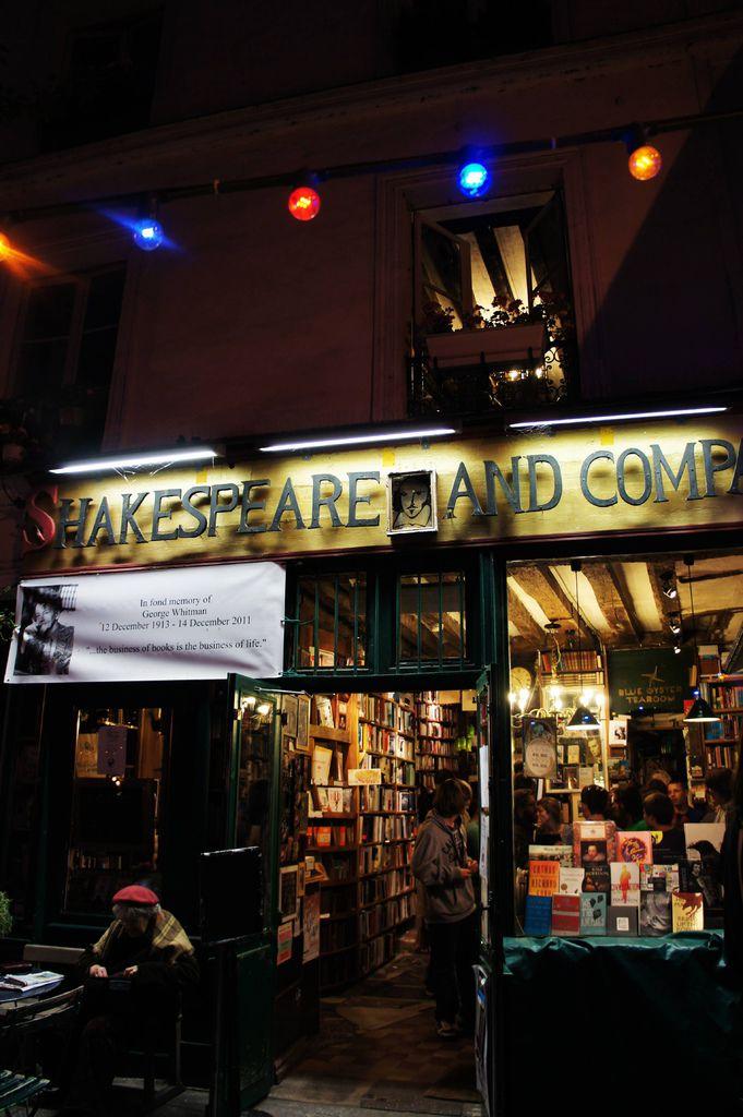 DSC00884-當年巴黎有很多餓肚子的藝術家 老板收留了這些無名作家的小說 詩集 書籍 並提供偶爾露宿街頭的作家 一晚免費的住宿小房間