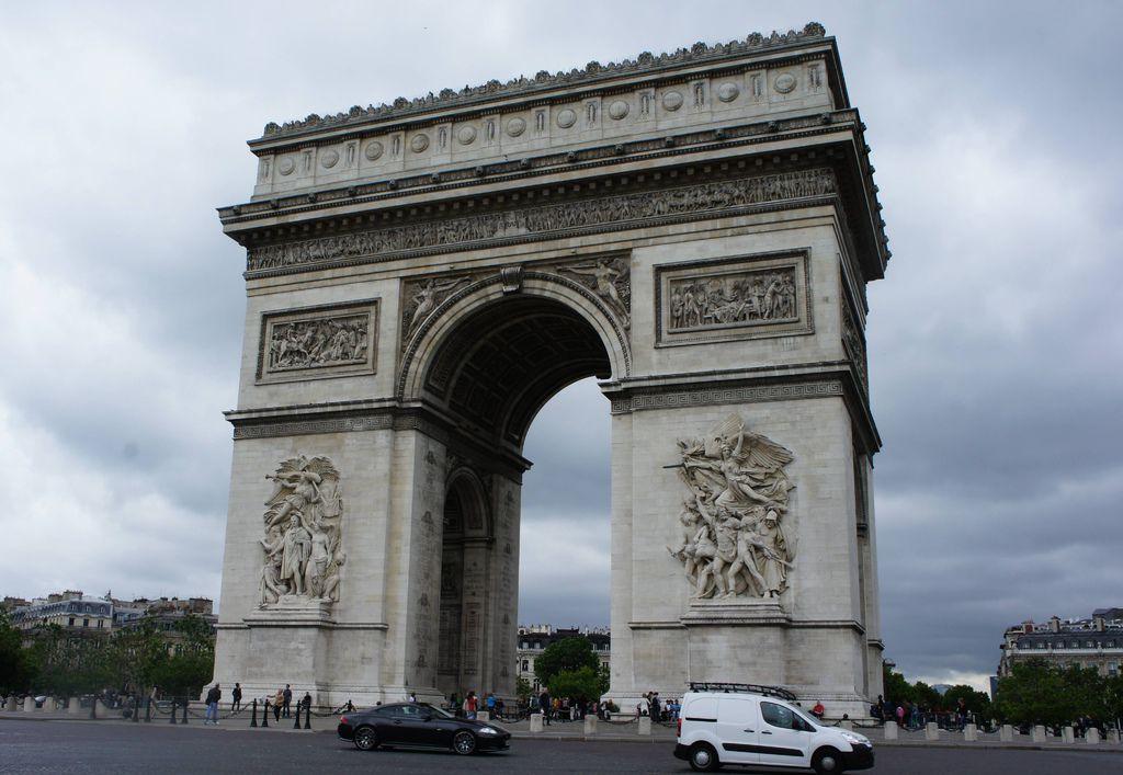 DSC01049-在門墩的牆面上,有4組以戰爭為題材的大型浮雕:出征、勝利、和平、抵抗;四周門內刻有跟隨拿破崙遠征的386名將軍,和96場勝戰的名字