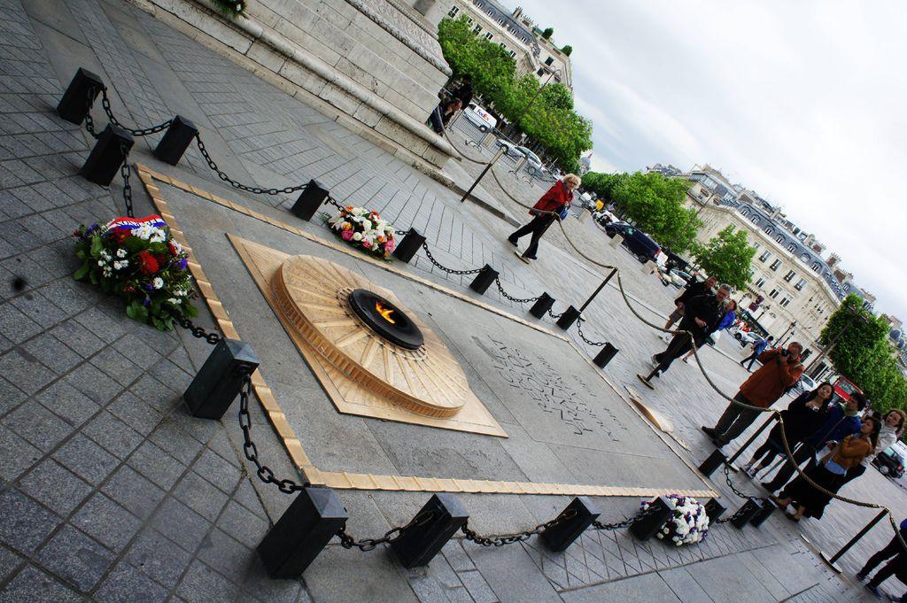 DSC01055-凱旋門的正下方 是無名烈士墓 地上嵌著紅色的墓誌這裡安息的是為國犧牲的法國軍人。