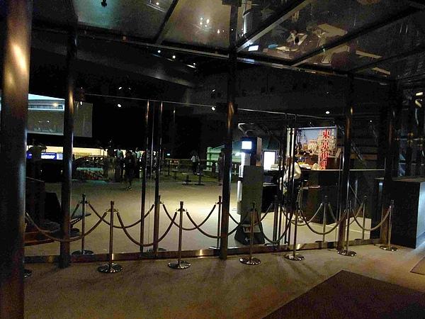 0444-展場到了,本來以為裡面不能拍照,先在外面照一張,剛好看到這次企劃展的主題「東京復興」.JPG
