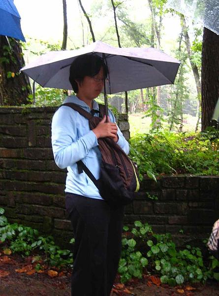 IMG_5090濕冷的雨中..公車還不來,爺都等到打盹了咧.JPG