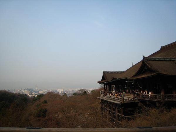 IMG_0426最古老寺廟清水寺和京都市區(隱約可見車站前的京都塔)以139跟木柱支撐,沿懸崖而建的清水舞台.JPG