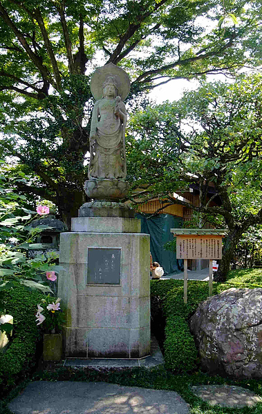 0197-觀音堂禁止拍照,就以這尊外面的觀音像做代表吧!觀音堂裡的11面觀世音菩薩,高9.18公尺,是日本有歷史記載以來最大的木像.JPG