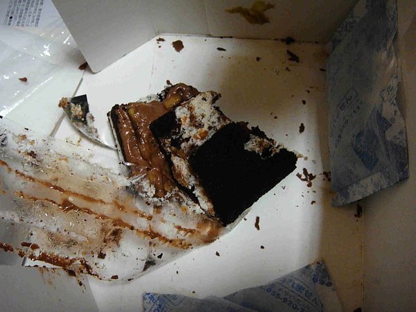 0913-24玫還是不負~掉~東西達人的稱號..他的蛋糕又掉下去了.JPG