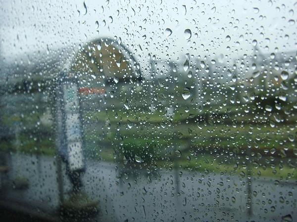 0916-331搭上當地公車..外頭的雨依舊下不停.JPG