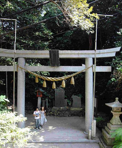 0152-打道回府,這是兒玉神社的鳥居,培說中了,這是為了祭祀曾任台灣總督的兒玉源太郎而建的呢.JPG